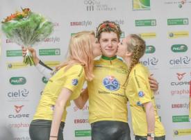 Marc Hirschi a endossé le maillot jaune de leader à Orbe, entouré comme il se doit par deux charmantes demoiselles. © Pierre Blanchard