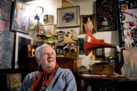 Entouré de ses oeuvres, Bernard Viglino prend chaque jour soin de sa femme, chez lui, à Chavornay. © Nadine Jacquet