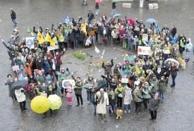 La Marche du climat faisait partie des actions soutenues par la Ville en écho à la conférence parisienne. Ici, le rassemblement sur la place Pestalozzi, autour du mandala... © Michel Duperrex