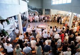 La piscine, disposée au milieu de l'assemblée lors de la messe, a été utilisée dans le cadre d'un «geste» symbolique orchestré par les groupes de jeunes de la mission. © Nadine Jacquet