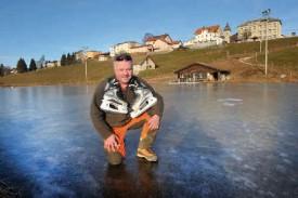 Denis Montandon cesse de travailler en forêt l'hiver pour s'occuper de la patinoire de L'Auberson, du déneigement chez des privés et du damage des pistes de ski de fond. © Michel Duperrex