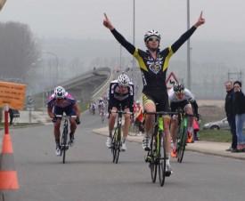 Simon Buttner a été le plus rapide au sprint samedi, s'adjugeant la deuxième étape du Giron du Nord à Bavois. En médaillon, le local de l'étape Lars Schnyder, deuxième de la course.