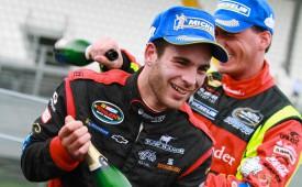 Troisième au terme d'une saison 2013 spectaculaire, Yann Zimmer a notamment remporté l'étape de Monza, en Italie, et établi le record de top 5, au volant de sa Chevrolet (médaillon). Des performances qui lui ont valu le titre de rookie of the year.