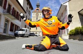 Avec son maillot des Landskrona Falcons, Sébastien Lacroix mime un arrêt dans une rue de Baulmes.