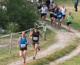 Le futur vainqueur Pascal Schneider et Grégoire Rezzonico se détachent après 1,5 kilomètres de course, devant un peloton bien dodu.