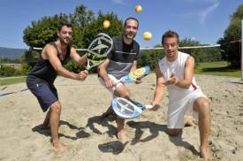 Alexandre (à g.) et Patrick Thomet entourent Alain Jancek sur le terrain de Chamblon, aux casernes. Voilà trois des pionniers du beach tennis dans le Nord vaudois, tous déjà classés parmi le top-1000 mondial.