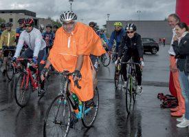 Notre correspondant Pierre Blanchard était parfaitement équipé pour la pluie, au départ de la salle des Isles, hier matin à 9h. Il s'est élancé sur le grand parcours, long de 80 km. ©Champi