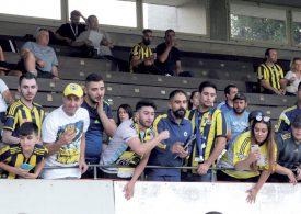 Les supporters de Fenerbahçe se sont, pour la plupart, réunis dans la tribune principale, derrière les bancs, pour être au plus près de leurs idoles. ©Michel Duvoisin