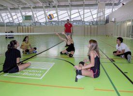 Démonstration de sitting volleyball, sous la houlette de Rodolphe Dusserre (debout). ©Champi