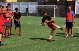 Sacha Margairaz (à dr.) n'est jamais très loin des terrains de football. Ici, lors d'un entraînement des jeunes du CD Tablero. ©DR