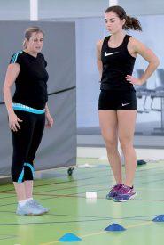 La triple-sauteuse de l'USY Zoé Deriaz est attentivement suivie par sa coach spécialisée Sophe Guilbert. ©Champi