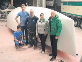 Lino Tazzer, Jessy Kolly (apprentis) Jean-Pierre Montandon, Laura Burkhalter et Richard Milliquet devant la coque réparée de Poopy Express. ©Christiane Baudraz