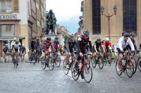 Le peloton de La Favorite, fort de 660 cyclistes, est passé, sous conduite, par le centre-ville d'Yverdon-les-Bains et la place Pestalozzi. ©Michel Duperrex