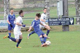 Combiers (en blanc) et Baulmérans (en bleu), qui s'étaient affrontés à deux reprises la saison dernière, ont été placés dans deux groupes différents de 4e ligue cette année. ©Michel Duvoisin