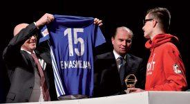 Emmanuel Masmejan, le fervant supporter du FC Le Mont, s'est vu remettre un maillot du LS floqué à son nom. ©Michel Perret