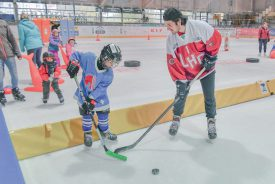 Le gardien du Lausanne Hockey Club Matteo Ritz était l'une des stars de la journée au Sentier. Esteban (en bleu) s'est d'ailleurs montré très attentif à ses conseils. ©Pierre Blanchard