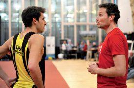 Loïc Gasch (à g.) en discussion avec son entraîneur Silvan Keller. ©Michel Duperrex