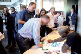Après avoir été pris en photo avec les participants à l'événement, Djibril Cissé a signé les clichés réalisés, ainsi que les maillots floqués à son nom. ©Michel Duperrex