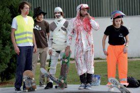 Les skater/euse/s ne manquent jamais d'originalité lorsqu'il s'agit de se tourner en dérision. ©Michel Duperrex