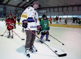 Le défenseur de Fribourg-Gottéron Ralph Stalder a fait découvrir son sport aux jeunes Yverdonnois. ©Champi
