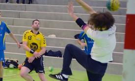 Nicolas Christen (en jaune) a fait le malheur du gardien chaux-de-fonnier samedi passé.