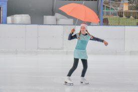 La dernière édition du Swiss Ice Hockey Day et de la Fête de la glace à ciel ouvert à Vallorbe a été copieusement arrosée. D'où le clin d'oeil de Capucine, du Club des patineurs du cru. ©Pierre Blanchard