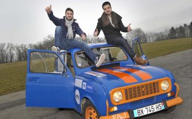 Filipe (à g.) et Julien Rolao n'ont pas froid aux yeux avec leur 4L. Mais cette voiture, c'est du solide, affirment-ils !