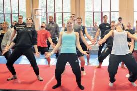 Les 48 gymnastes du Welsch Master Team répétaient à Yvonand, samedi dernier. La chorégraphie promet d'être très acrobatique. ©Carole Alkabes