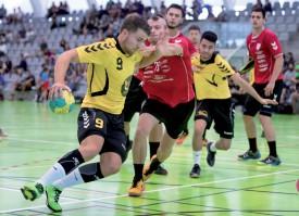 Les handballeurs yverdonnois (ici Clément Loichot en jaune) ont réalisé des performances convaincantes, lors de la 5e édition de la Lovats International Cup. Ils n'ont, par exemple, été battus que 25-23, dimanche matin en poule, par les futurs finalistes de Nancy. ©Champi