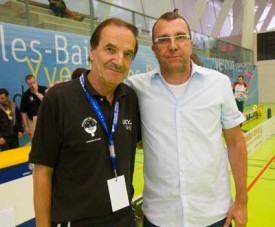 A droite, Michel Ruchat pose avec Daniel Ba- reiss, président central de Swiss Unihockey.