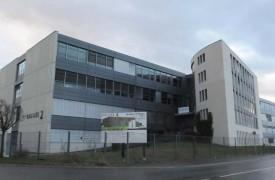 Située à Y-Parc, devenue Schott Suisse SA, l'entreprise, créée en 1968 par Eric Guinchard dans le garage de sa maison, compte aujourd'hui près de 200 employés. L'héritage d'un grand entrepreneur.