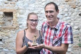 L'entraîneur Philippe Badoux est venu chercher la statuette remportée par le FC Sainte-Croix/ La Sagne avec sa fille, Laetitia. ©Michel Duperrex