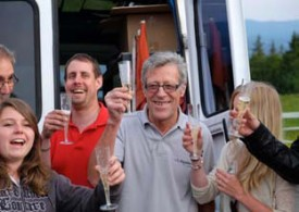 L'organisateur Hans Steiner (en gris) fête sa dernière course avec ses amis et quelques bulles.