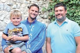 Olivier Gaillard a remporté un Briscar -remis par Marc Fragnière (à dr.)- à l'âge respectable de 38 ans ! De quoi rendre très fier le fils du footballeur de Suchy. ©Michel Duperrex