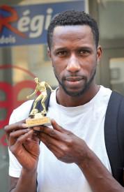Abraham Keita, l'exbinôme de Christian Leuenberger sur le banc FC Donneloye, a reçu sa récompense à nos bureaux. ©Michel Duperrex