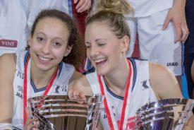 Tiffanie Zali (à gauche) a de quoi avoir le sourire : son équipe a réussit le doublé après sa victoire l'année passée. ©Champi