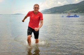 François Willen, ici dans le lac de Bienne, est d'attaque: tout est prêt pour vivre de grands Jeux olympiques. ©Michel Duperrex