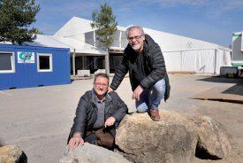 Eric Morleo et Peppe Alfonzo, membres du comité organisateur, posent devant l'une des tentes qui accueilleront les visiteurs. ©Michel Duperrex
