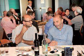 L'entrepreneur Avni Orllati et le président du Lausanne-Sport Alain Joseph discutent «terrain». ©Michel Duperrex