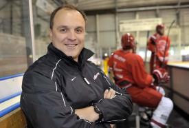Depuis qu'il a terminé sa carrière de gardien, Pauli Jaks n'a jamais quitté la glace. Cette semaine, il entraîne 26 jeunes à Yverdon.