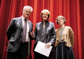 Le syndic Jean-Daniel Carrard et la présidente du Conseil communal Carmen Tanner ont remis un cadeau à la présidente de la chorale A Cappella, qui a fêté ses cinquante ans d'existence.