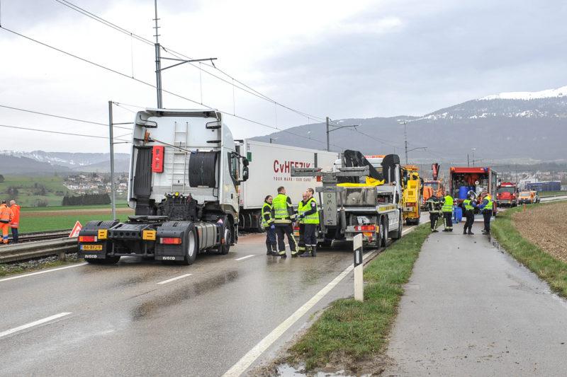 Alertés à 14h04, les sapeurs pompiers locaux et la Gendarmerie sont rapidement venus en aide au chauffeur d'un camion coincé entre la route et le rail.