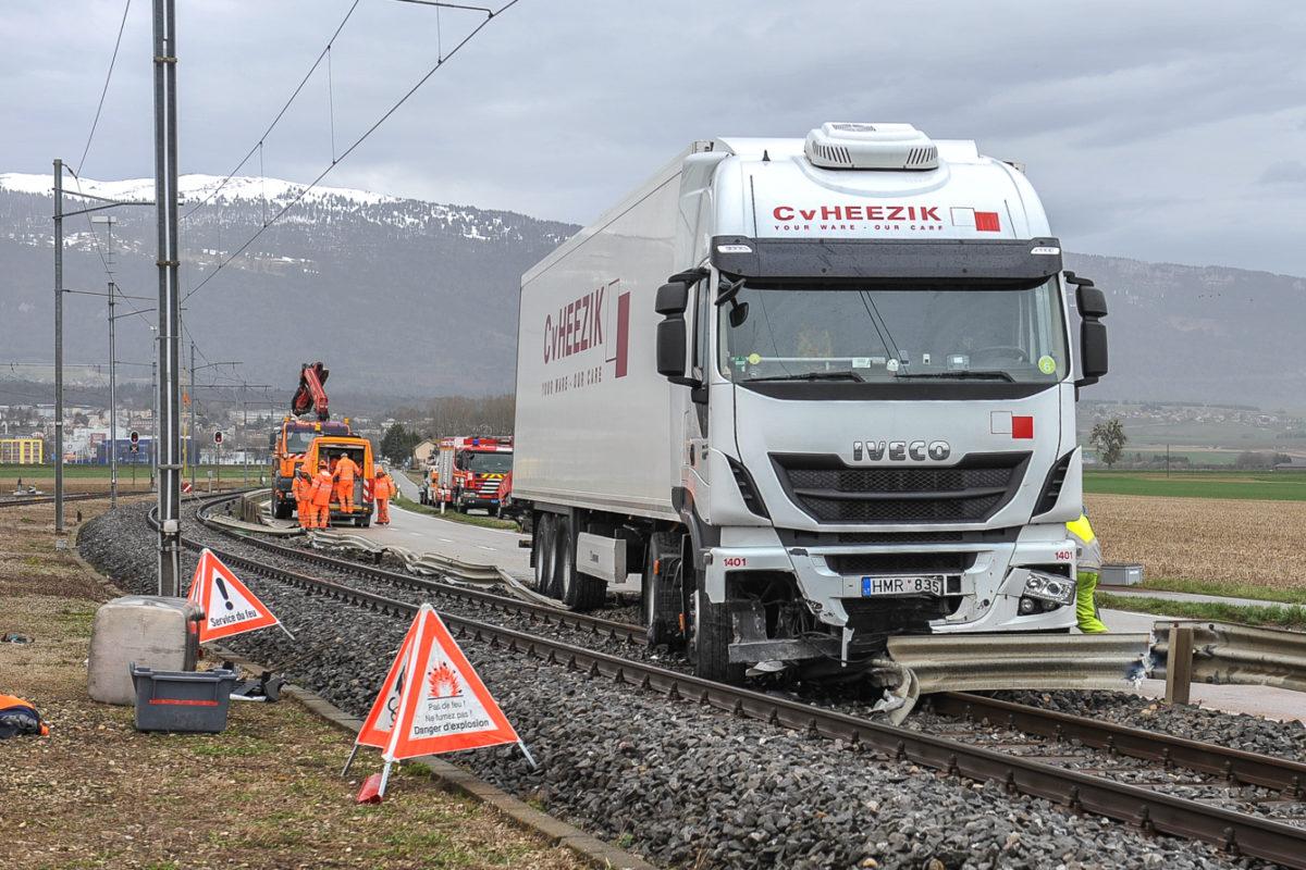 Un camion termine sa course sur les rails