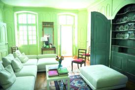 Le maître des lieux s'est inspiré des codes du XVIIIe siècle pour rafraîchir l'intérieur de la propriété.