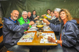 Les amateurs de fondue ont pu déguster ce mets traditionnel sur les hauteurs du village. © Carole Alkabes