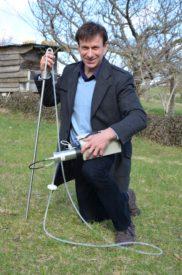 Grâce à son dosimètre, Stanislas de Froment analyse le taux de particules de radon contenues dans l'air d'un logement ou sur un site, au moyen d'un tube planté dans le sol. Dans son jardin à Lignerolle, son appareil a mesuré plus de 5200 bq/m3.
