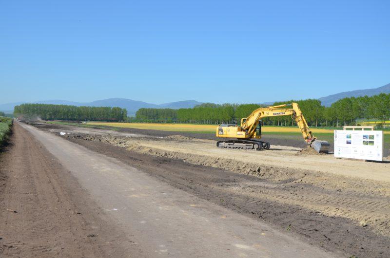 Des travaux préparatoires (dégrapage de la terre végétale sur la digue gauche et abattage de 280 arbres) ont déjà commencé en vue de l'élargissement de la Thièle. © Christelle Maillard