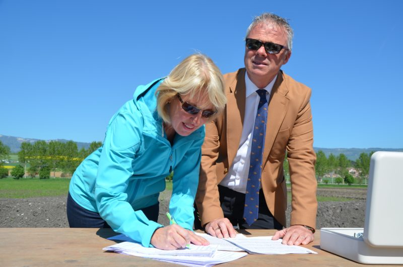 La conseillère d'Etat Jacqueline de Quattro et le syndic d'Yverdon-les-Bains Jean-Daniel Carrard ont signé les plans avant de les enterrer.