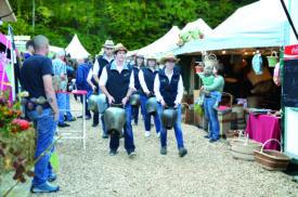Les sonneurs de cloches, ici une équipe de la vallée de Joux, ont défilé et animé le site de Champbaillard de vendredi à hier, pour le plus grand plaisir des visiteurs.  ©