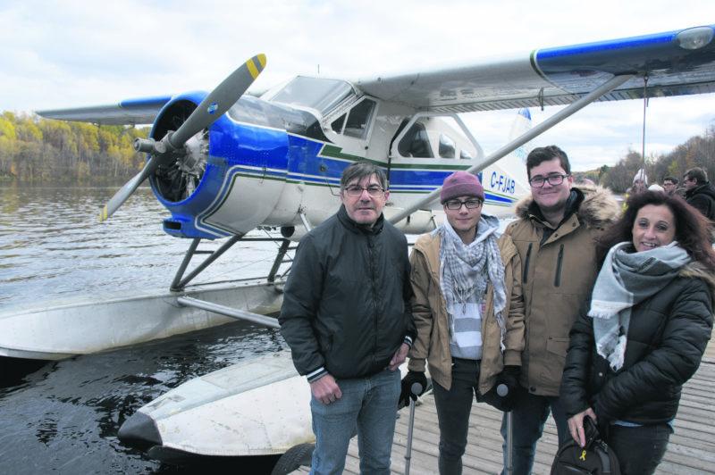 La famille Casimo, juste avant de monter à bord de l'hydravion qui lui a permis de survoler le Parc Mont-Royal, près de Montréal.